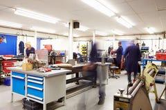 Beschäftigter Innenraum der Technik-Werkstatt Stockfotos