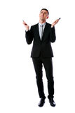 Beschäftigter kaukasischer Geschäftsmann, der zwei Handys hält Stockfotos