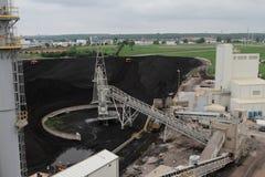 Beschäftigter Kohlenlagerplatz in Kraftwerk Stockfoto