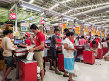 Beschäftigter Lebensmittelgeschäftprüfungsweg Stockfoto