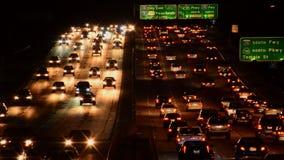 Beschäftigter Los Angeles-Autobahn-Verkehr nachts stock footage