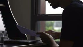 Beschäftigter männlicher Freiberufler, der auf Laptop, Fertigungsprojekt, Arbeitsfrist, Druck schreibt stock video footage