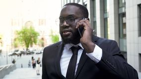 Beschäftigter Manager, der Telefongespräch über Probleme auf der Börse, beteiligt hat stockfoto
