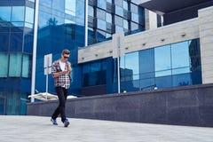 Beschäftigter Mann in den Kopfhörern hörend Musik beim Gehen in d Lizenzfreies Stockbild