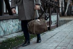 Beschäftigter Mann, der auf Straße mit Tasche geht lizenzfreies stockbild