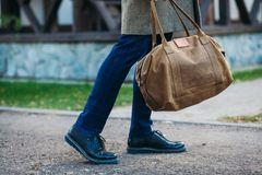Beschäftigter Mann, der auf Straße mit Tasche geht Lizenzfreie Stockfotos