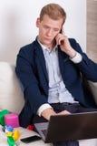 Beschäftigter Mann, der zu Hause arbeitet stockfotos