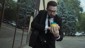 Beschäftigter Mann mit einem ungesunden Lebensstil in Eile stock video footage