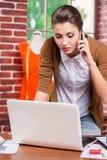 Beschäftigter Modedesigner lizenzfreies stockfoto