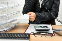Beschäftigter Sekretär mit Telefonanruf und Ordner mit Dateien lizenzfreie stockfotografie