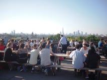 Beschäftigter Sommerstandpunkt von Londons Skylinen Stockbild