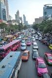 Beschäftigter Tag in Bangkok-Straße Stockbild