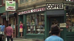 Beschäftigter Tag nahe Kaffeestube Stockfoto