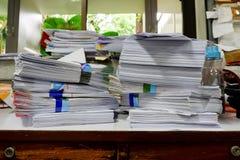 Beschäftigter, unordentlicher und durcheinandergeworfener Arbeitsplatz, voll von den Dokumenten Lizenzfreie Stockbilder