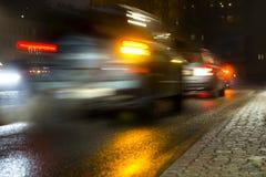 Beschäftigter Verkehr am Abend lizenzfreie stockfotos