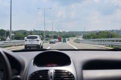Beschäftigter Verkehr auf einer Landstraße lizenzfreie stockfotos