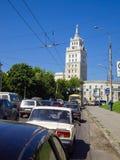 Beschäftigter Verkehr an den Kreuzungen der Revolutions-Allee in Voronezh, Russland Stockbilder