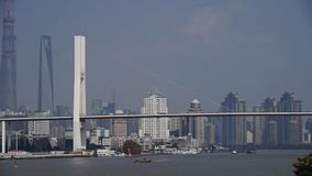 Beschäftigter Versand auf Fluss, über der Seebrücke, moderner städtischer Gebäudehintergrund stock video footage