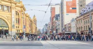 Beschäftigter Zebrastreifen außerhalb der Flinders-Straßen-Station herein Stockfotografie