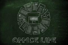 Beschäftigter Zeitplan und Produktivität: Schreibtisch mit dem Computer vorbei umgeben Lizenzfreie Stockfotos