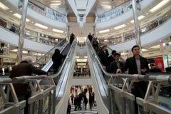 Beschäftigtes Einkaufszentrum stockfoto