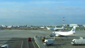 Beschäftigtes Flughafenvorfeld stock footage