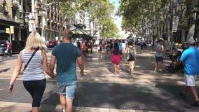 Beschäftigtes La Rambla in Barcelona Spanien stock video