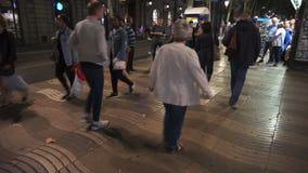 Beschäftigtes La Rambla in Barcelona Spanien nachts stock footage