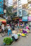 Beschäftigtes lokales Alltagsleben des Morgenstraßenmarkt in Hanoi, Vietnam Eine beschäftigte Menge von Verkäufern und von Käufer Stockfotos