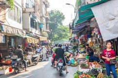 Beschäftigtes lokales Alltagsleben des Morgenstraßenmarkt in Hanoi, Vietnam Leute können gesehene Erforschung um es Stockfotografie