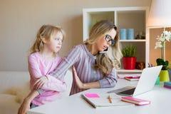 Beschäftigtes ` t doesn der berufstätigen Mutter haben Zeit für ihr Kind stockfoto