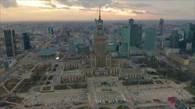Beschäftigtes Warschau-Stadtzentrum mit Palast der Kultur und der Wissenschaft und anderen neuen Wolkenkratzern in der Ansicht Ei stock video footage
