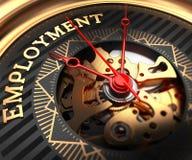 Beschäftigung auf Schwarz-goldenem Uhr-Gesicht Stockfoto