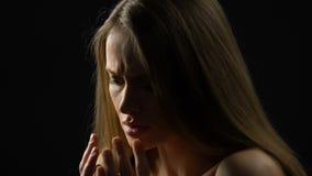 Beschämtes schließend Gesicht junger Dame mit dem Rütteln von Händen, tadelndes soziales, Unsicherheit stock video