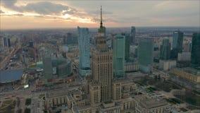 Besch?ftigtes Warschau-Stadtzentrum mit Palast der Kultur und der Wissenschaft und anderen neuen Wolkenkratzern in der Ansicht Ei stock footage