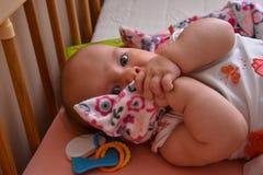 Beschaamde baby, die haar mondfoto behandelen Mooi beeld, rug stock afbeeldingen