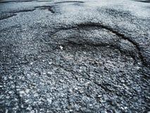 Beschadigd asfalt op een openbare straat royalty-vrije stock afbeeldingen