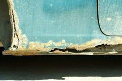Beschadigd autolichaam met roestige delen en gat op de bodem stock afbeelding
