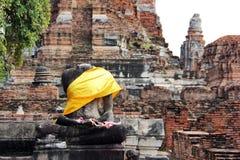 Beschadigd beeld van Boedha in ruïnes Stock Foto's