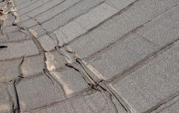 Beschadigd gevoeld dakwerk royalty-vrije stock afbeeldingen