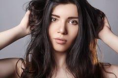 Beschadigd haar Het model Droge Haar van Holding Messy Unbrushed in Handen Gezondheid en schoonheid E Stock Afbeelding