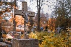 Beschadigd kruis bij begraafplaats in Bialowieza in oostelijk Polen stock foto's