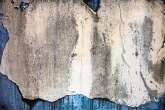 Beschadigd oud vergoelijkt op de concrete muur met rijke textuur Stock Foto