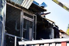 Beschadigd supermarktketelruim met ventilatie, turbine, na brandstichtingsbrand met intense brandende brand van het brandwond de  stock afbeelding