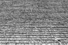 Beschadigd traditioneel dakspaandak Stock Afbeeldingen