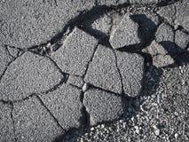 Beschadigde asfaltmening van hierboven royalty-vrije stock afbeelding