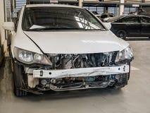 Beschadigde auto die op reparatie in de garage van de autoreparatie wachten Royalty-vrije Stock Fotografie
