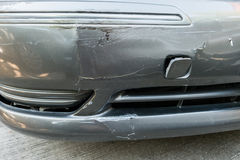 Beschadigde auto na ongeval op straat Stock Fotografie