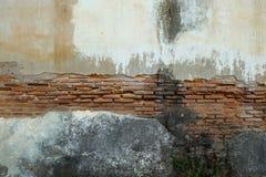 Beschadigde bakstenen muur Royalty-vrije Stock Foto's
