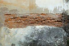 Beschadigde bakstenen muur Stock Foto's